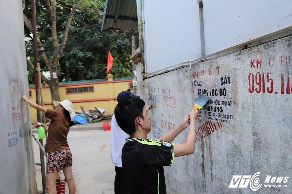 Anh: Cuu binh My hang say don dep quang cao, rao vat tren pho Ha Noi hinh anh 11