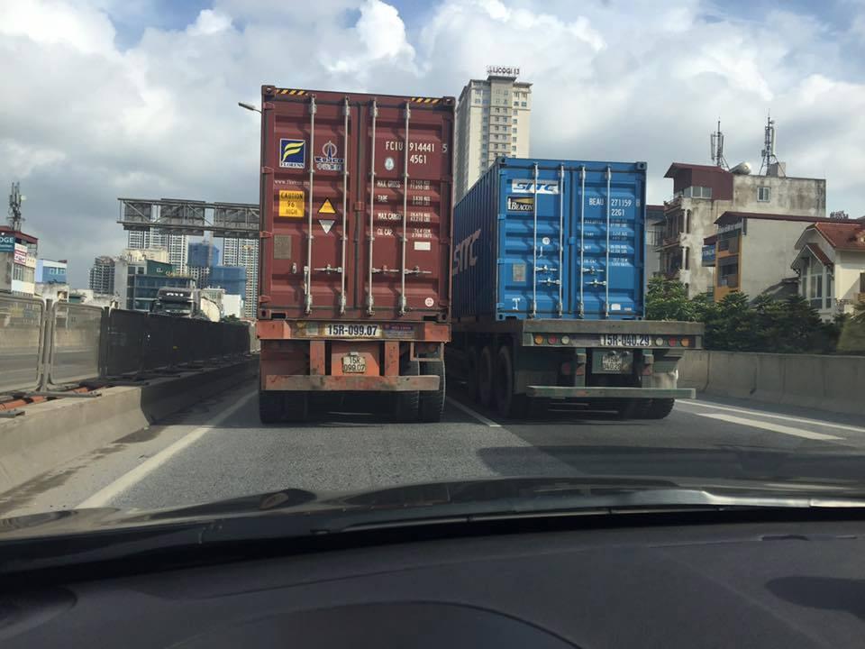 Truy tim 2 xe container dan hang ngang, chay nhu rua bo tren duong vanh dai 3 hinh anh 1