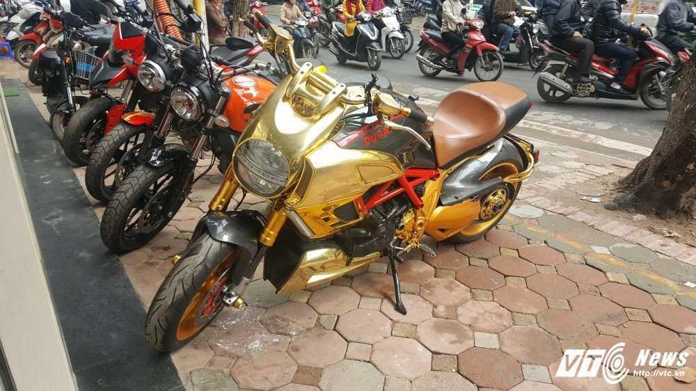 Sieu xe Ducati Diavel ma vang 'long lanh' dao pho Ha Noi hinh anh 11