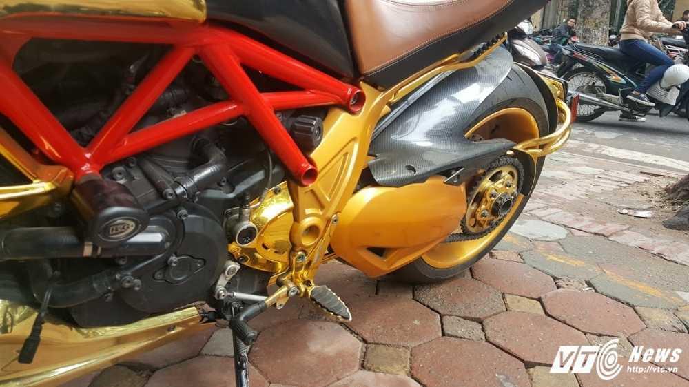 Sieu xe Ducati Diavel ma vang 'long lanh' dao pho Ha Noi hinh anh 10