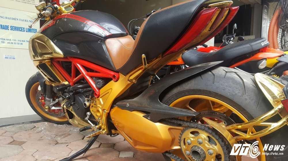 Sieu xe Ducati Diavel ma vang 'long lanh' dao pho Ha Noi hinh anh 2