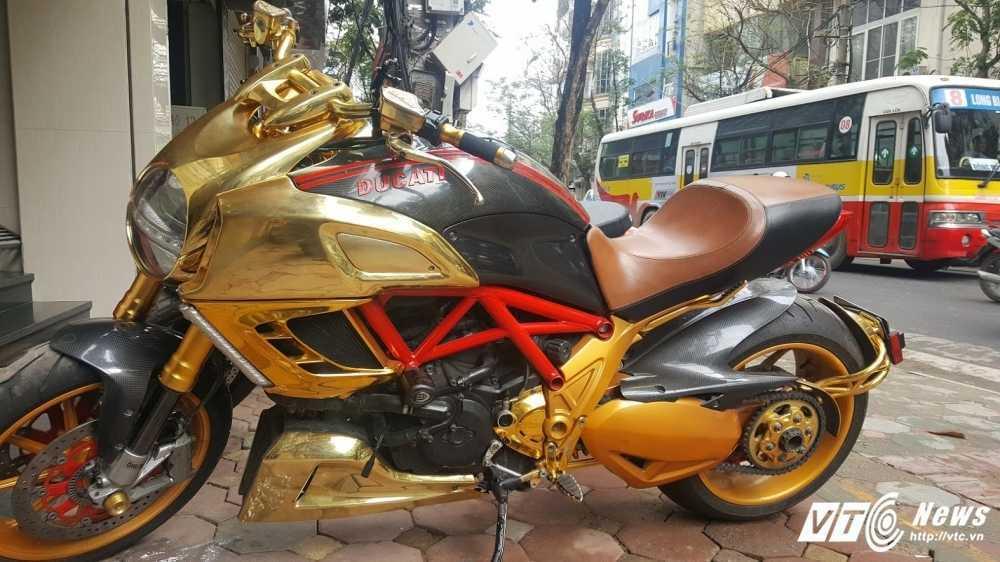 Sieu xe Ducati Diavel ma vang 'long lanh' dao pho Ha Noi hinh anh 1