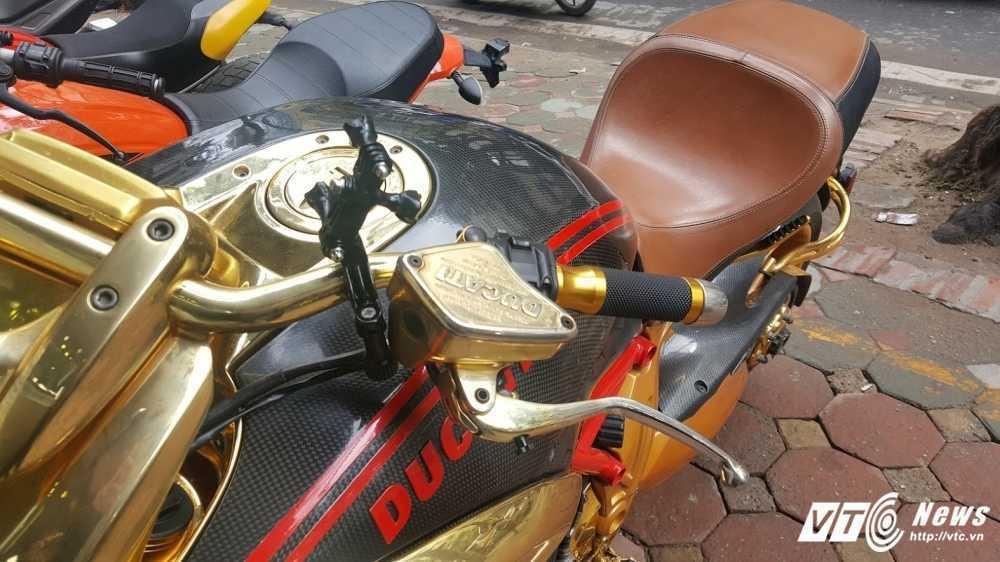 Sieu xe Ducati Diavel ma vang 'long lanh' dao pho Ha Noi hinh anh 5
