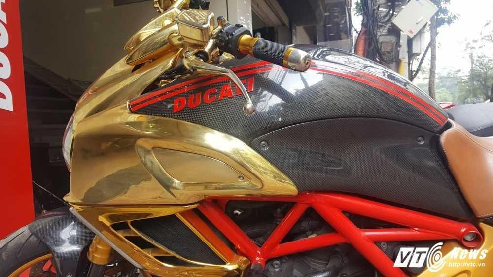 Sieu xe Ducati Diavel ma vang 'long lanh' dao pho Ha Noi hinh anh 3