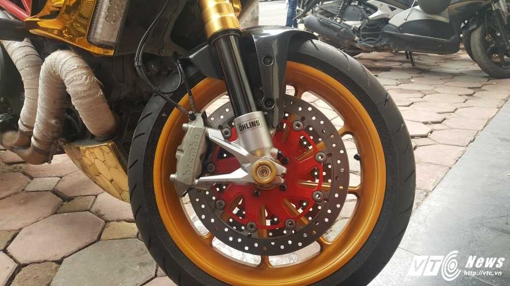 Sieu xe Ducati Diavel ma vang 'long lanh' dao pho Ha Noi hinh anh 8