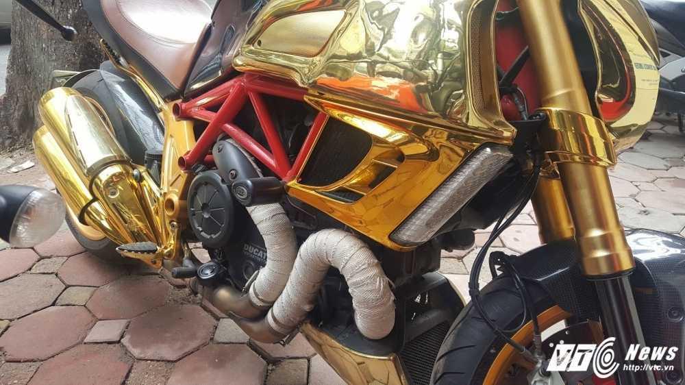Sieu xe Ducati Diavel ma vang 'long lanh' dao pho Ha Noi hinh anh 9