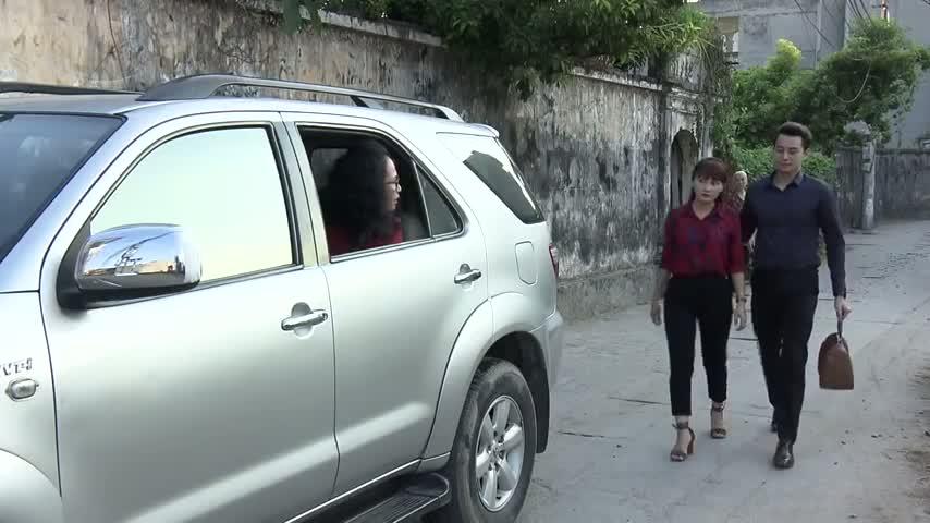 So sanh giua Toyota Fortuner 'chong cu' va Range Rover 'chong moi' trong phim Song chung voi me chong hinh anh 1