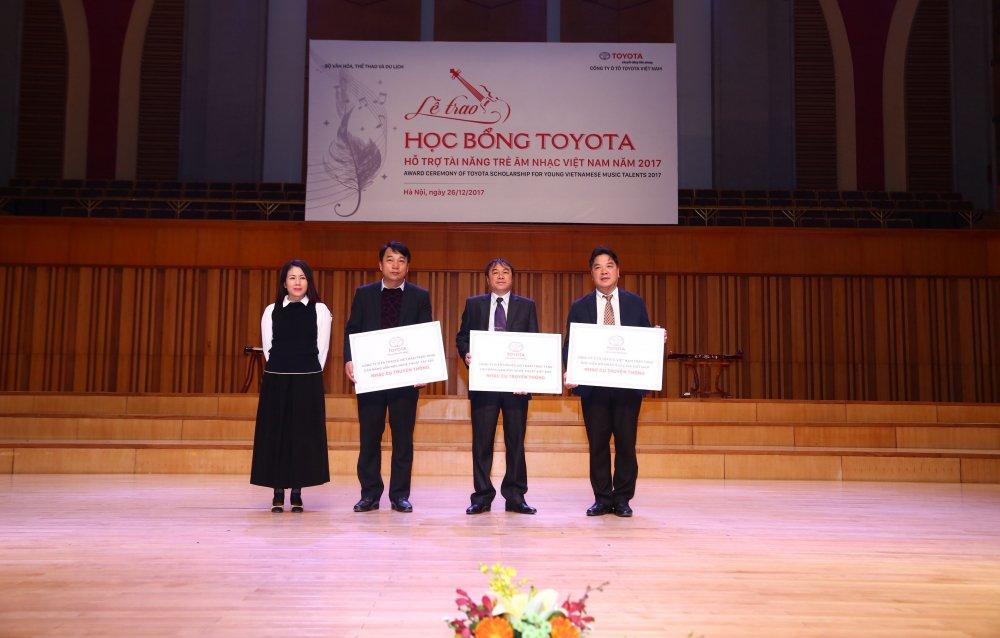 Toyota trao hoc bong ho tro tai nang tre am nhac Viet Nam 2017 hinh anh 2