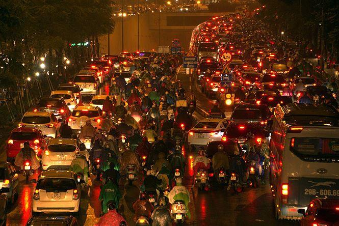 Chanh choe nhu Uber, Grab va Taxi ngay mua ret: Tang cuoc gap doi, 'goi tram cuoc khong bat duoc xe' hinh anh 2