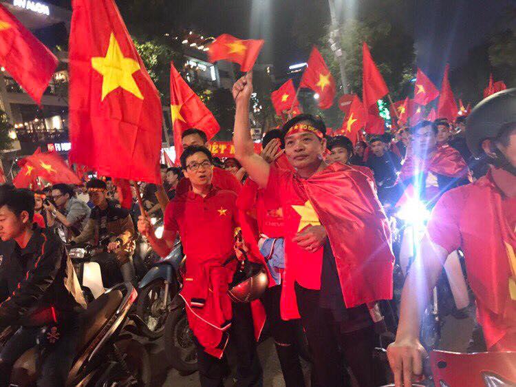 Pho Thu tuong Vu Duc Dam chay xe may co vu chien thang U23 Viet Nam hinh anh 3
