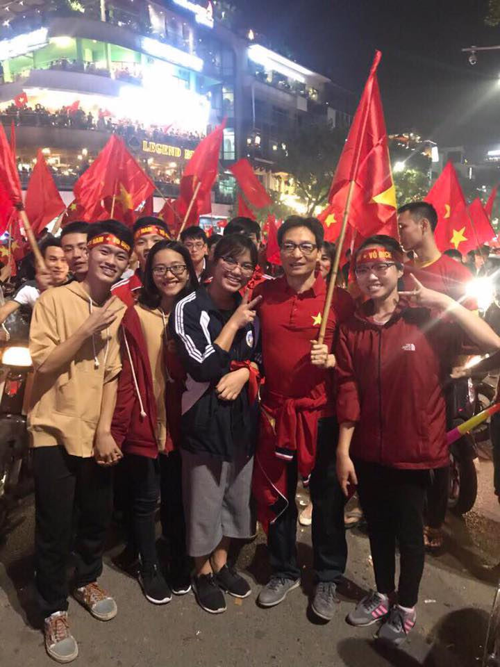 Pho Thu tuong Vu Duc Dam chay xe may co vu chien thang U23 Viet Nam hinh anh 5