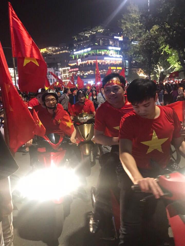 Pho Thu tuong Vu Duc Dam chay xe may co vu chien thang U23 Viet Nam hinh anh 1