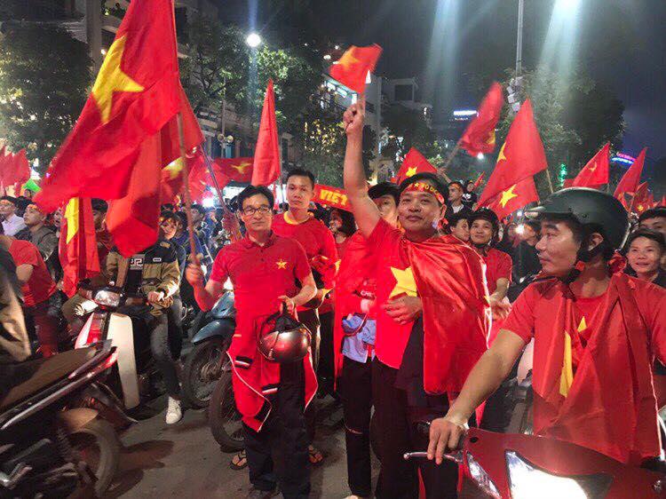 Pho Thu tuong Vu Duc Dam chay xe may co vu chien thang U23 Viet Nam hinh anh 2