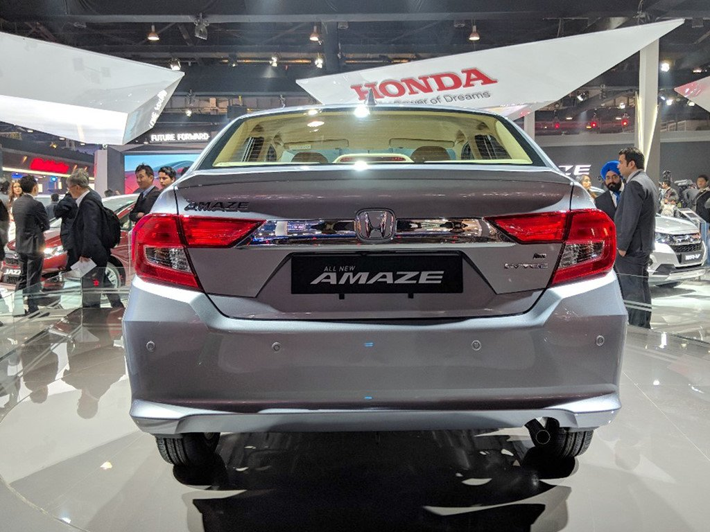 Honda ra mat mau xe gia re Amaze, 'tuyen chien' voi Hyundai Grand i10 hinh anh 4