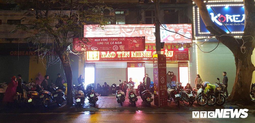 Anh: Dan Thu do doi mua xep hang tu sang som mua vang ngay via Than Tai hinh anh 1