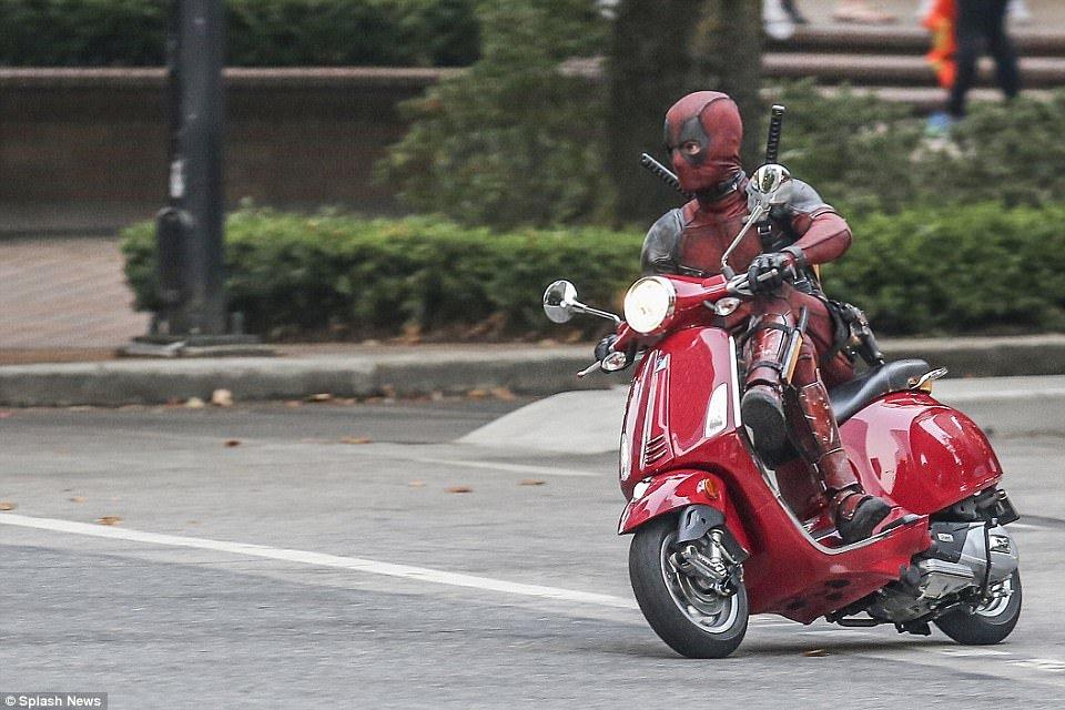 Vui mát vói hình ảnh Deadpool chạy Vespa cỏ tren duòng phó Hà Nọi hinh anh 2