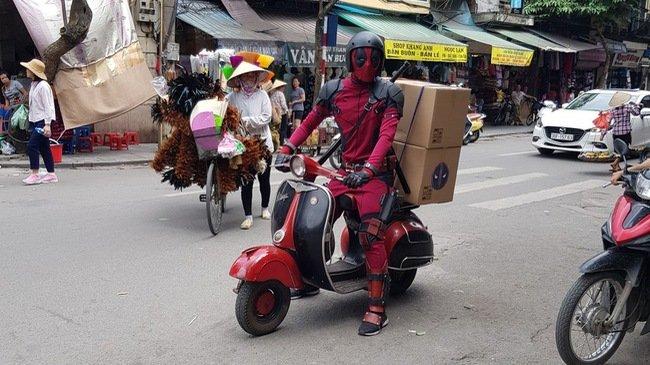 Vui mát vói hình ảnh Deadpool chạy Vespa cỏ tren duòng phó Hà Nọi hinh anh 1