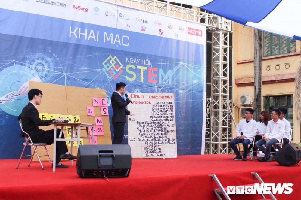 Anh: Tre em Ha Noi trai nghiem dieu khien robot tai Ngay hoi STEM 2018 hinh anh 2