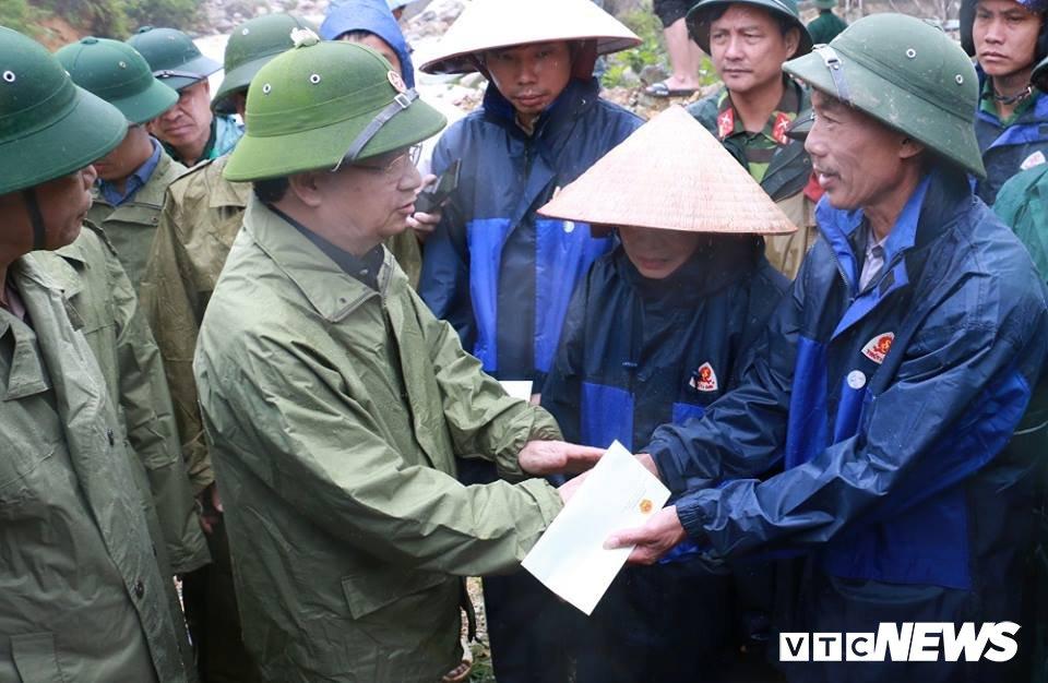 Chong bi lu cuon di truoc mat vo o Lai Chau: 'Bao gio moi tim duoc chong chau cac bac oi?' hinh anh 10