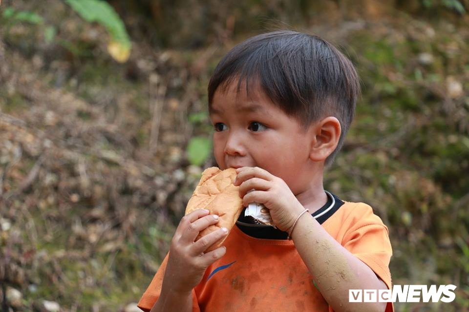 Nhan chung ke phut thoat chet than ky khi ca ban bi vui lap trong bun dat o Lai Chau hinh anh 4