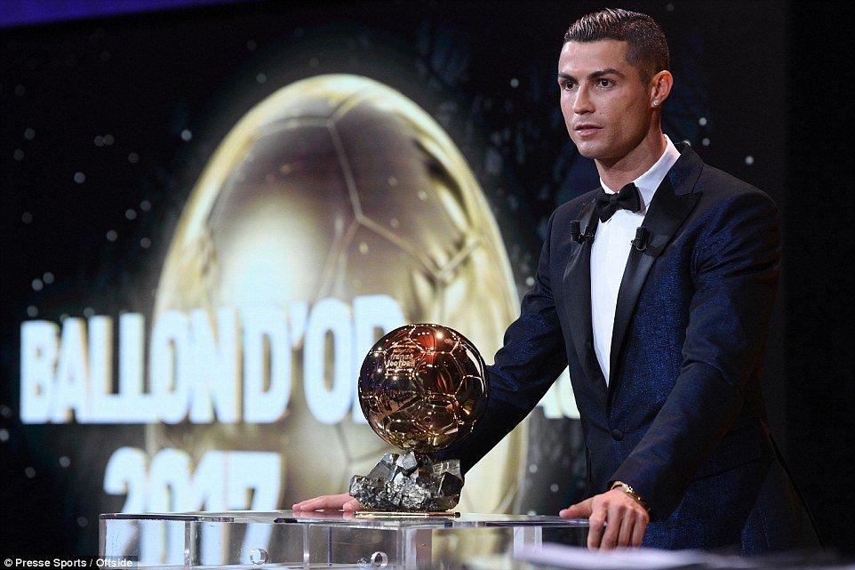Gianh Qua bong Vang 2017, Ronaldo can bang ky luc voi Messi hinh anh 1