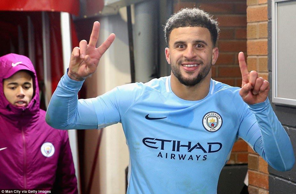 Hon chien MU vs Man City: Mourinho mia mai cau thu Man City thieu giao duc hinh anh 2