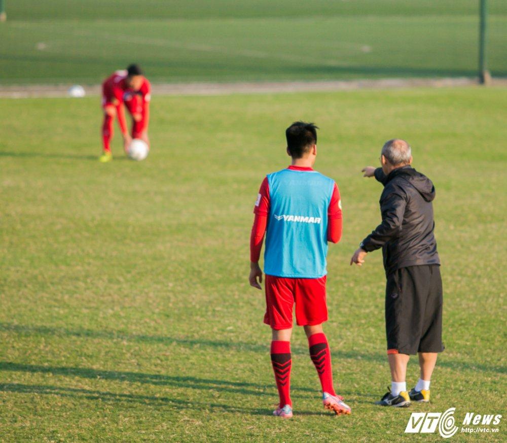 HLV Park Hang Seo quan sat tu xa, ren 'phuong an B' cho U23 Viet Nam hinh anh 10