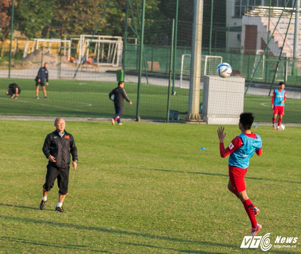 HLV Park Hang Seo quan sat tu xa, ren 'phuong an B' cho U23 Viet Nam hinh anh 11
