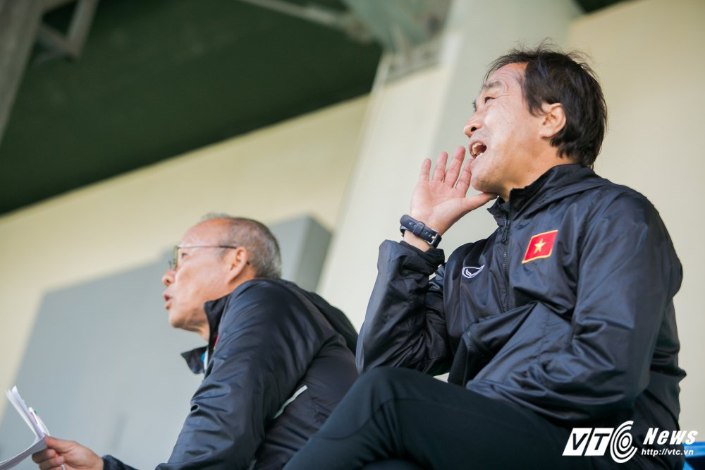 HLV Park Hang Seo quan sat tu xa, ren 'phuong an B' cho U23 Viet Nam hinh anh 2