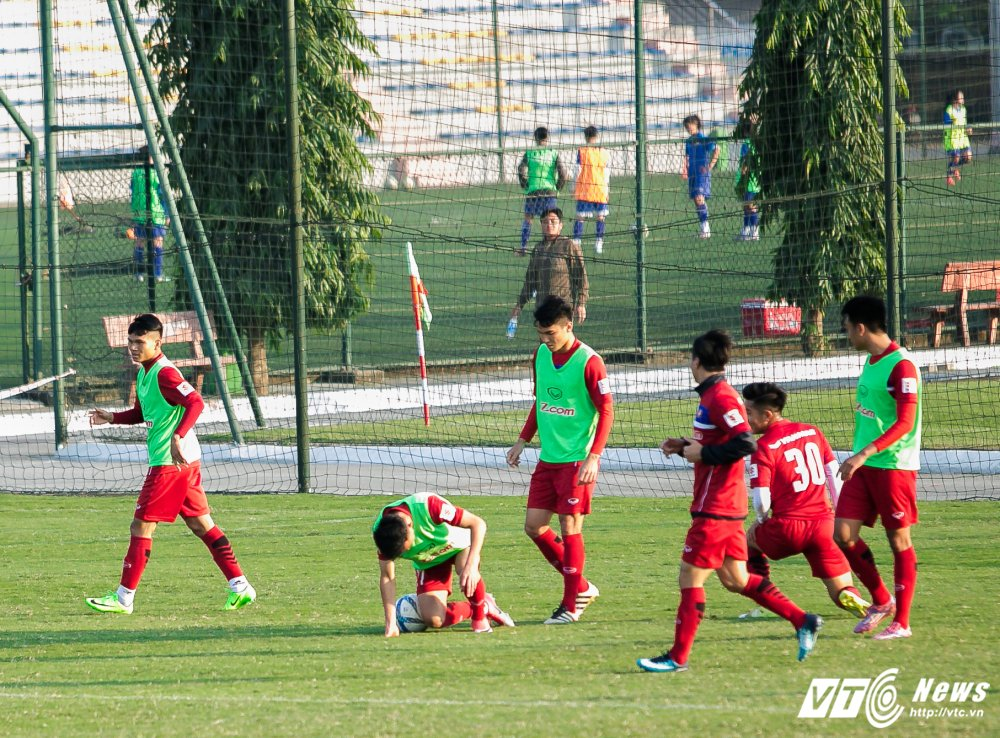 HLV Park Hang Seo quan sat tu xa, ren 'phuong an B' cho U23 Viet Nam hinh anh 6