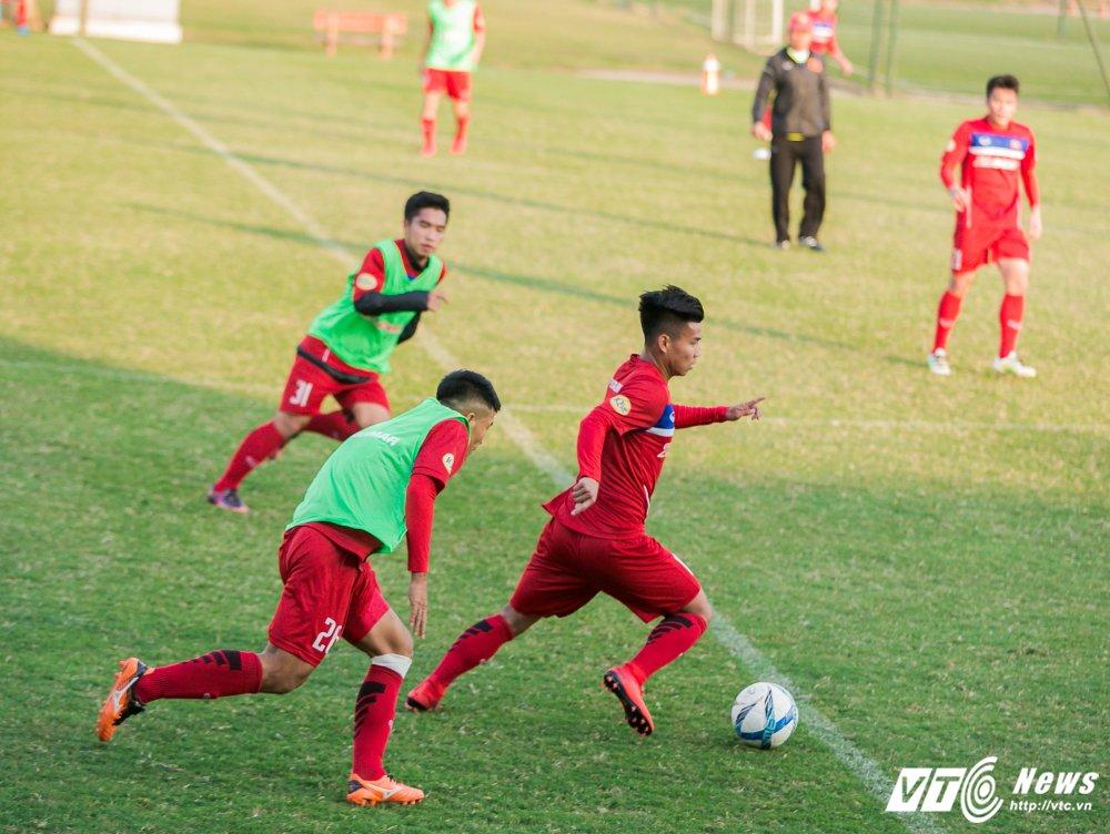 HLV Park Hang Seo quan sat tu xa, ren 'phuong an B' cho U23 Viet Nam hinh anh 3