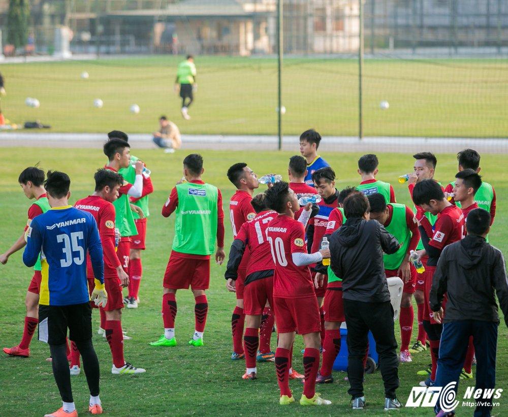 HLV Park Hang Seo quan sat tu xa, ren 'phuong an B' cho U23 Viet Nam hinh anh 8