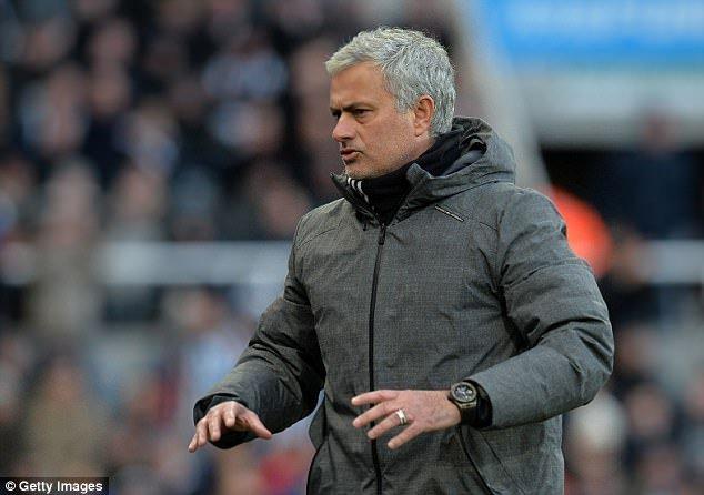 MU da the nay, Jose Mourinho co xung dang duoc gia han hop dong? hinh anh 1