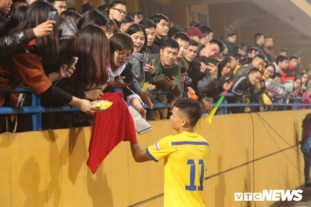 Video: Co dong vien chan duong xin chu ky, bam theo xe cho nguoi hung U23 Viet Nam hinh anh 1