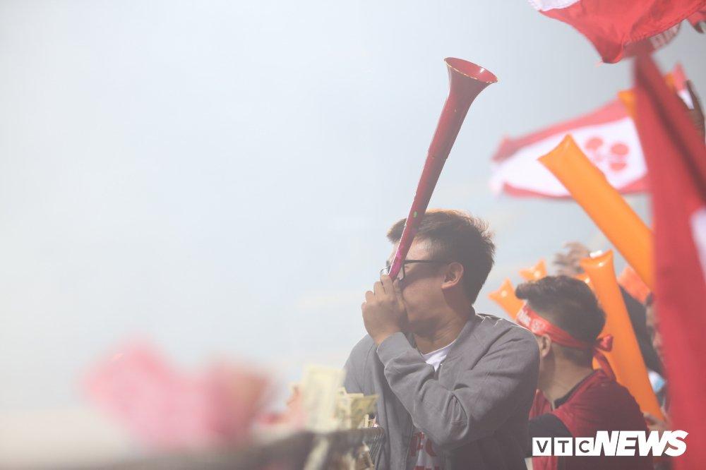 Toan canh CDV Hai Phong pha rao an ninh, buoc tran dau phai ket thuc som hinh anh 19