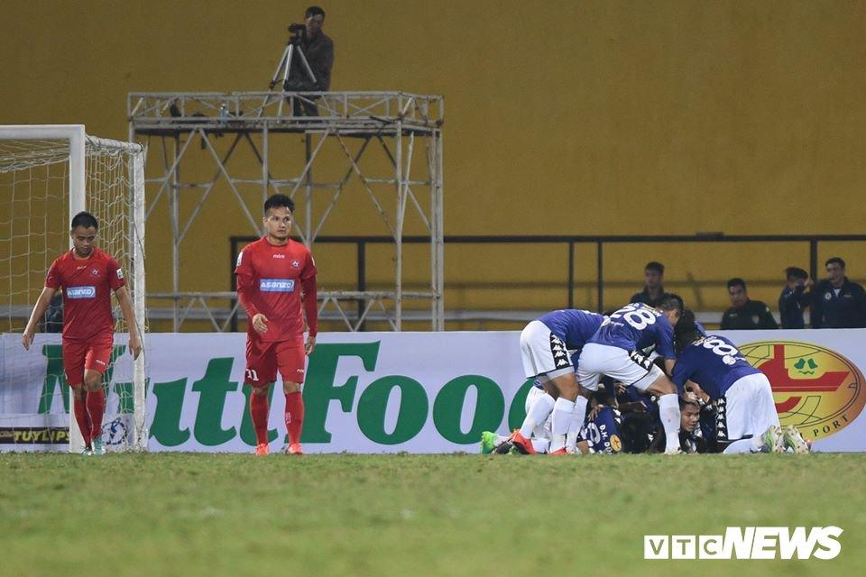 Vong 3 V-League: Bui Tien Dung mac sai sot, HLV Miura thang tran dau tien hinh anh 4