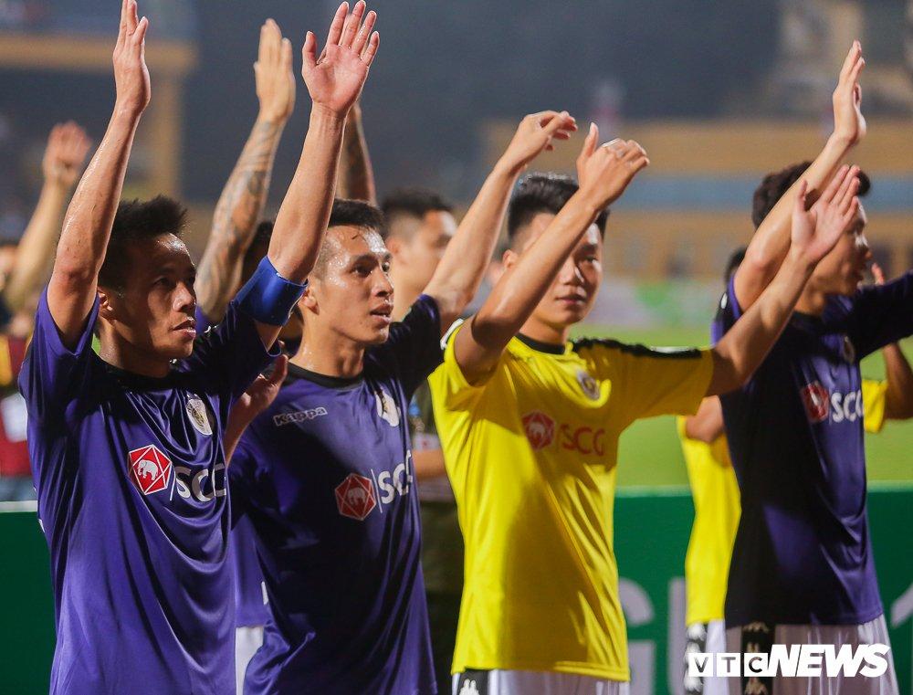 Fan ham mo quay kin loi ra, xe cho Ha Noi FC mac ket trong san Hang Day hinh anh 1