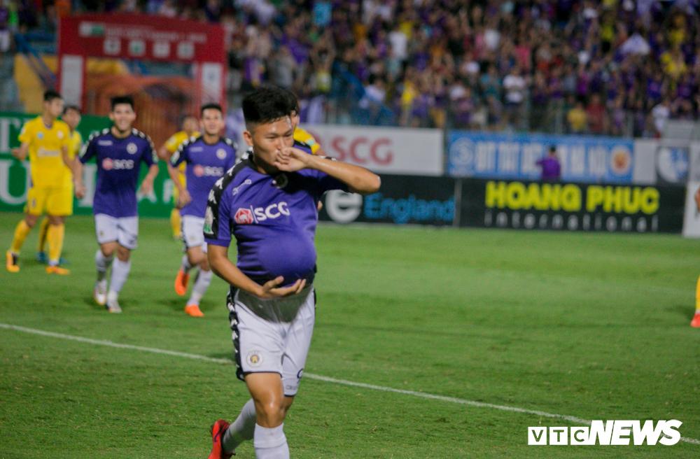 Vo dich luot di, Ha Noi FC nhan 'mua' tien thuong tu bau Hien hinh anh 1