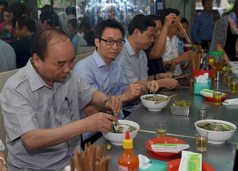 Chum anh: Thu tuong Nguyen Xuan Phuc, Pho Thu tuong Vu Duc Dam trong quan pho binh dan hinh anh 5