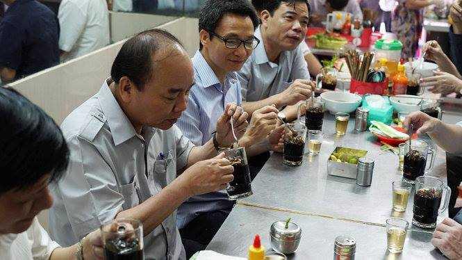 Chum anh: Thu tuong Nguyen Xuan Phuc, Pho Thu tuong Vu Duc Dam trong quan pho binh dan hinh anh 6