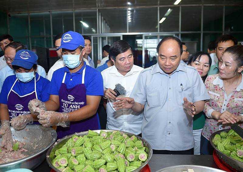 Chum anh: Thu tuong Nguyen Xuan Phuc, Pho Thu tuong Vu Duc Dam trong quan pho binh dan hinh anh 4