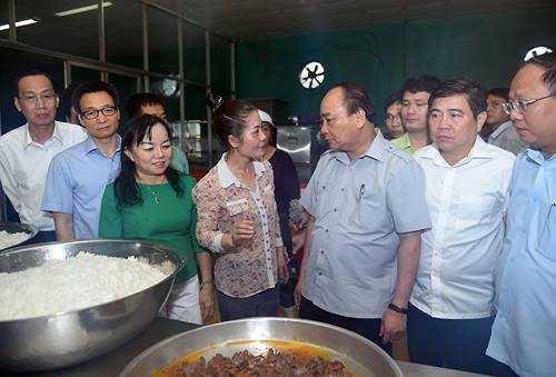 Chum anh: Thu tuong Nguyen Xuan Phuc, Pho Thu tuong Vu Duc Dam trong quan pho binh dan hinh anh 1