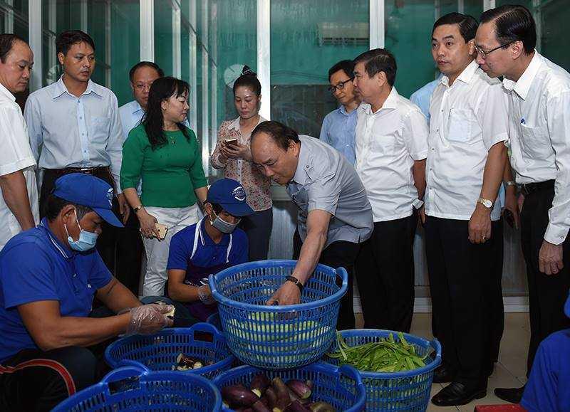 Chum anh: Thu tuong Nguyen Xuan Phuc, Pho Thu tuong Vu Duc Dam trong quan pho binh dan hinh anh 2