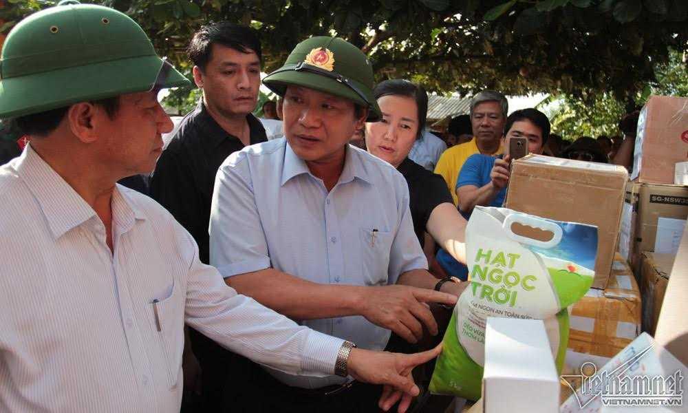 Bo truong Truong Minh Tuan trao 100 tan gao, hon 1 ty dong cho nguoi dan vung lu hinh anh 2