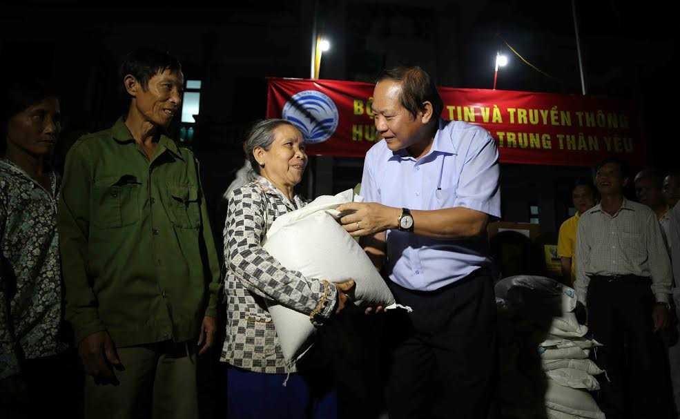 Bo truong Truong Minh Tuan trao 100 tan gao, hon 1 ty dong cho nguoi dan vung lu hinh anh 3