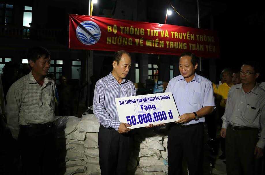 Bo truong Truong Minh Tuan trao 100 tan gao, hon 1 ty dong cho nguoi dan vung lu hinh anh 4