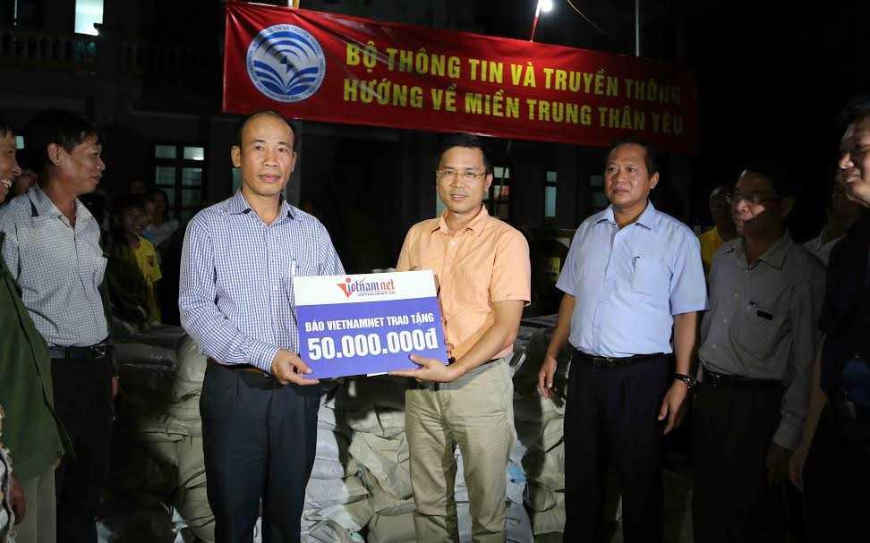 Bo truong Truong Minh Tuan trao 100 tan gao, hon 1 ty dong cho nguoi dan vung lu hinh anh 5