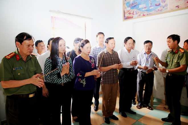 Phu nhan Chu tich nuoc toi tham, tang qua nguoi dan vung lu hinh anh 1