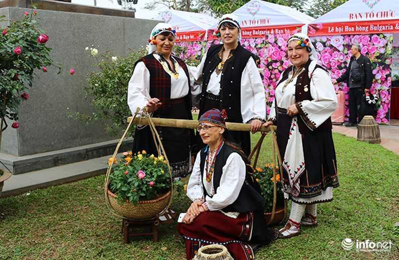 Le hoi hoa hong Bulgaria: Quang cao khac xa thuc te hinh anh 4