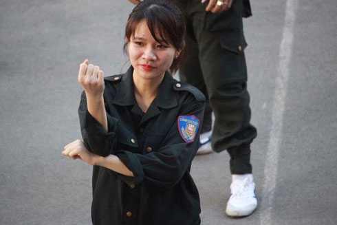 'Doa hong thep' cua Canh sat co dong Ha Noi hinh anh 2